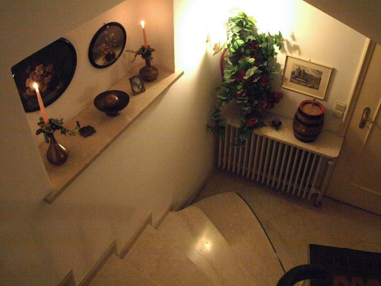 Haus de Paoli - Treppe vom Foyer zu Ferienwohnung und Zimmer unten
