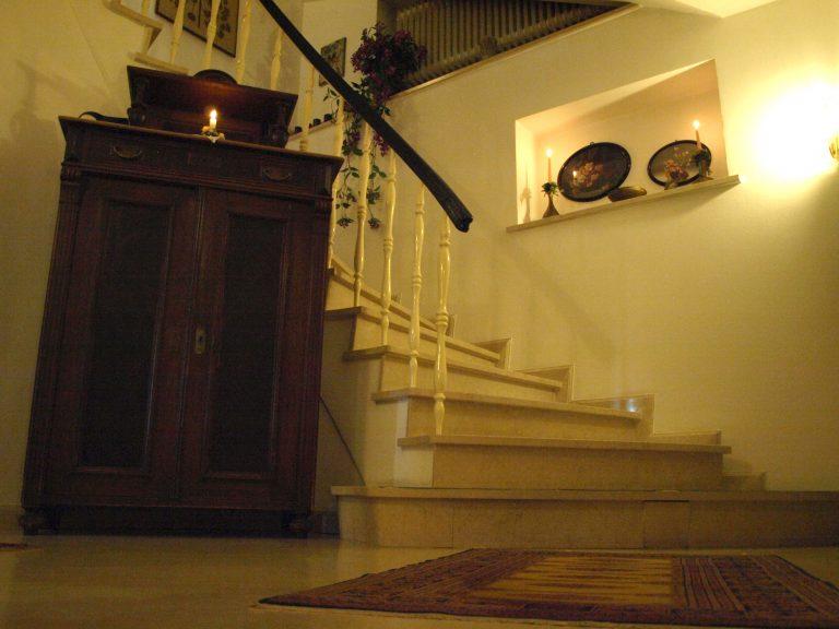 Haus de Paoli - Treppe von Ferienwohnung und Zimmer unten zum Foyer