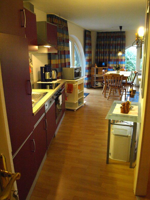 Haus de Paoli - Ferienwohnung - Küchenzeile und Esstisch mit Zugang zu Terrasse und Garten