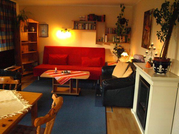 Haus de Paoli - Ferienwohnung - Wohnzimmer und zusätzliche Schlafmöglichkeiten - mit TV, WLAN und Elektrokamin