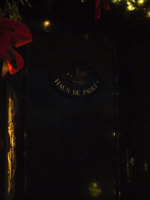 Haus de Paoli - Haustür bei Nacht