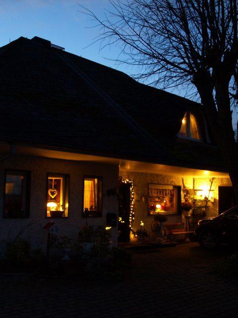 Haus de Paoli - Hauseingang bei Nacht