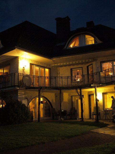 Haus de Paoli - vom Garten aus bei Nacht