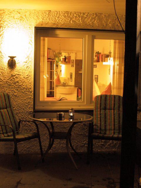 Haus de Paoli - Zimmer unten - Terrasse vom Garten aus bei Nacht
