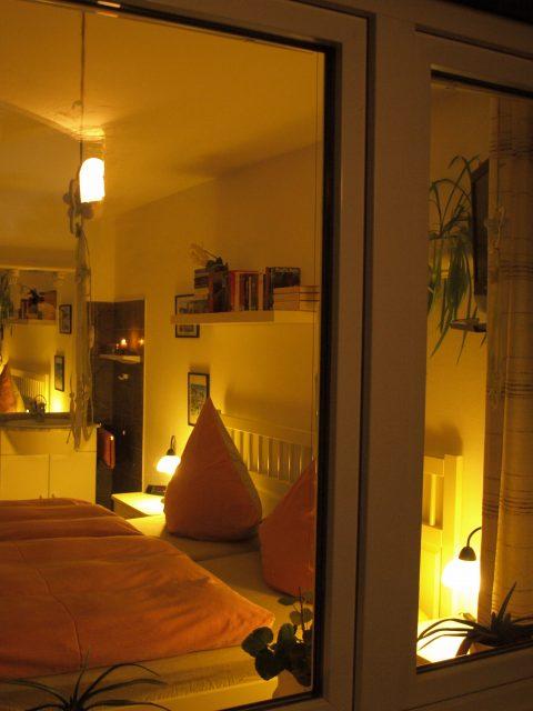 Haus de Paoli - Zimmer unten - von der Terrasse aus bei Nacht