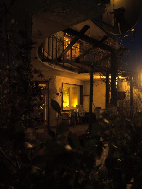 Haus de Paoli - Zimmer unten vom Garten aus bei Nacht